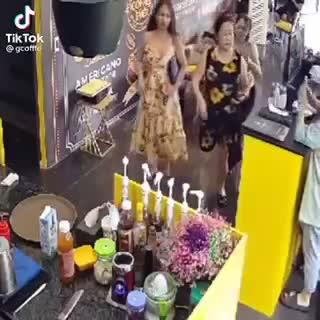 vi-khach-nu-rua-tay-gay-lu-cuc-manh.mp4